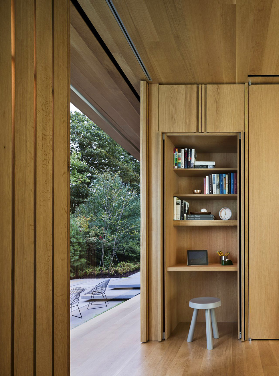 detail shot of a small library LM Guest House by Desai Chia Architecture in New York-Contemporary Farnsworth Copy (21)
