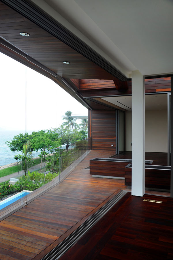 modern cantilevered balcony Modern Sustainable Eccentric Stereoscopic Weekend Retreat Finished in a Variety of Textures (4)