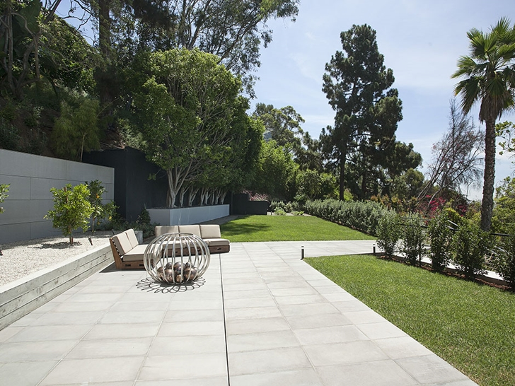 The Expression of a Modern Mansion by Hagy Belzberg Homesthetics front yard