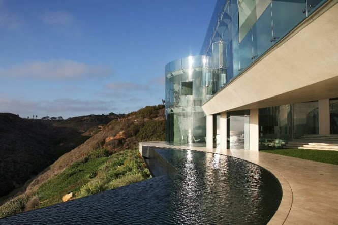 The Razor Residence by Wallace E. Cunningham: Display of Contemporary Interior Design in a Modern Mansion glass wall contemporary interior design infinity pool