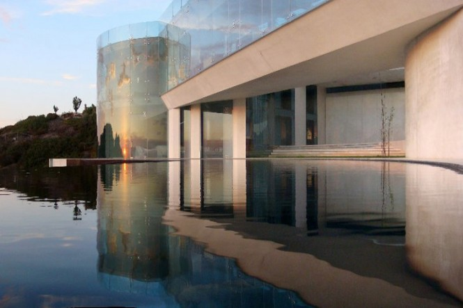 The Razor Residence by Wallace E. Cunningham: Display of Contemporary Interior Design in a Modern Mansion glass wall contemporary interior design pool