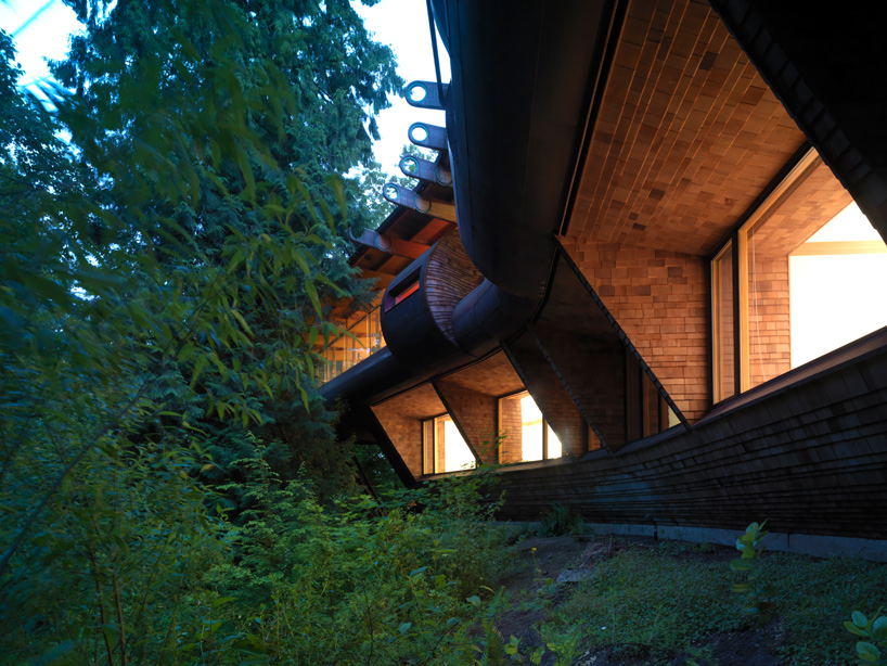 Wilkinson Residence in Oregon by Robert Oshatz luxurious modern mansion into the forest (1)