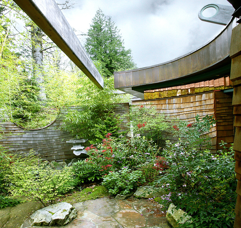 garden view of the Wilkinson Residence in Oregon by Robert Oshatz luxurious modern mansion into the forest (1)