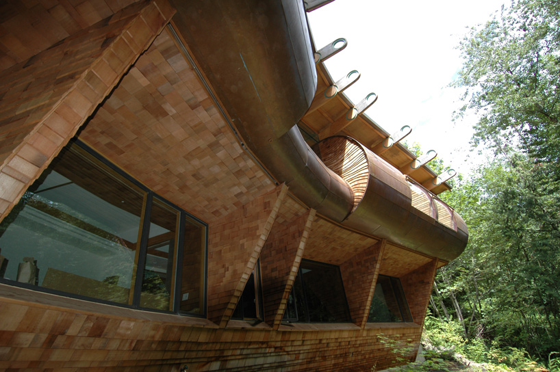 detail shot of the weird roof Wilkinson Residence in Oregon by Robert Oshatz luxurious modern mansion into the forest (1)