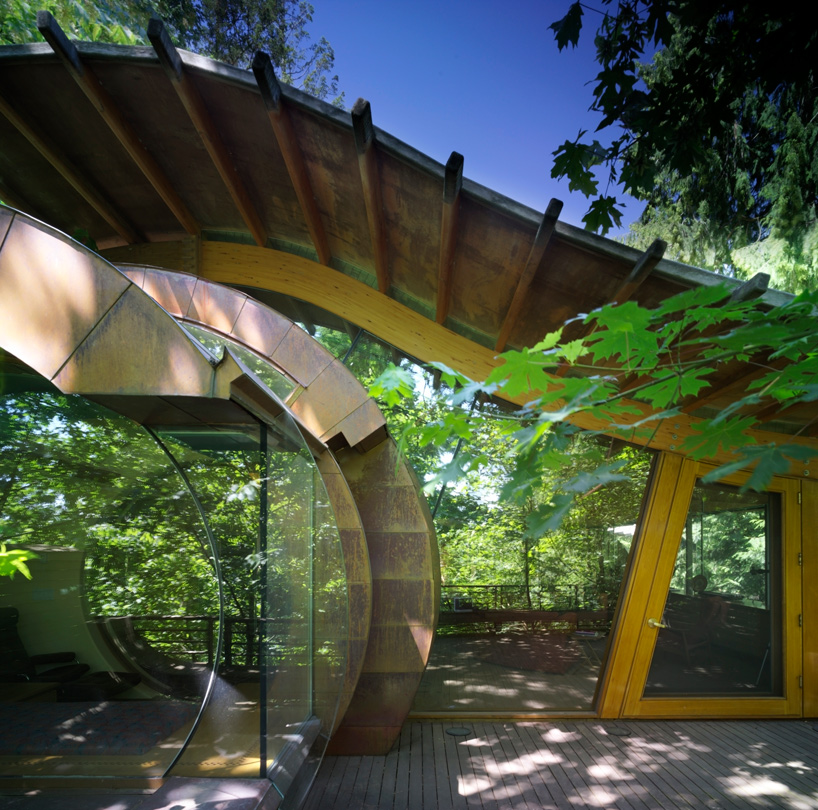 details shot of a wing in front of the entrance at Wilkinson Residence in Oregon by Robert Oshatz luxurious modern mansion into the forest (1)
