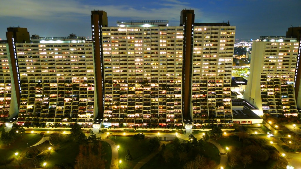 facade of the Social Housing Superlatives : Wohnpark Alt-Erlaa in ViennaWohnpark_Alterlaa_bei_Nacht-1024x576