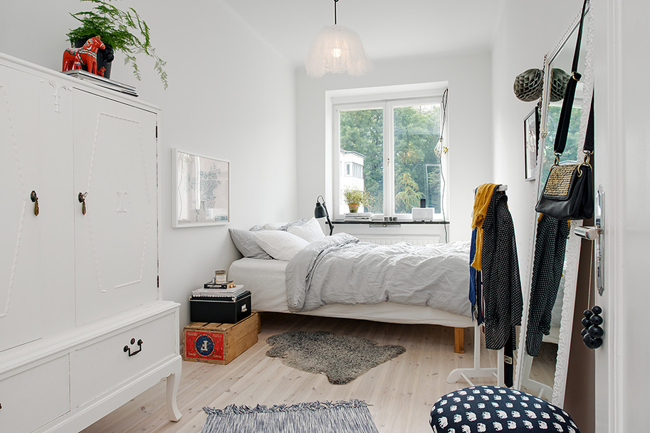 small bedroom decorated simple contemporary interior sweedish design featureing scandinavian playful and cheerful assets homesthetics black and white design (1)