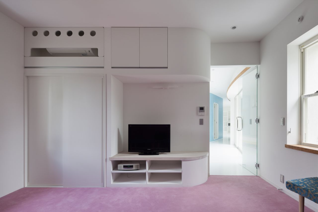 white stark and light pink interior design with Fluid Organic & Sustainable Assets Featured In a Japanese Home by Hideo Kumaki Architect Office