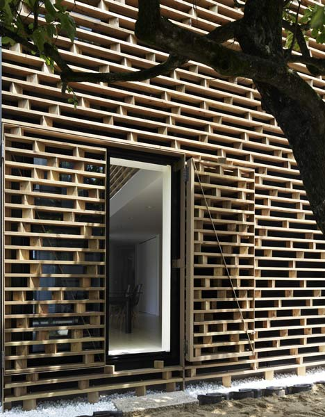 entrance to the homeshetics louvre facade featured in Japanese Homes_House-M-by-AE5-partners-01 (1)
