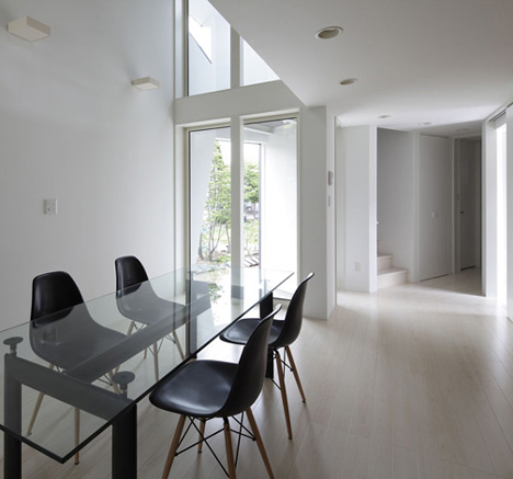 white and black dinning area homeshetics louvre facade featured in Japanese Homes_House-M-by-AE5-partners-01 (1)