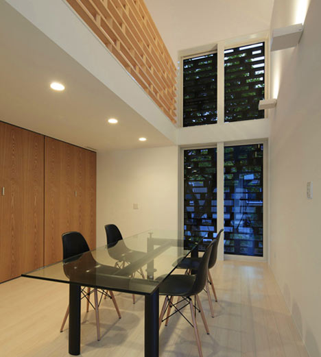 black and white dinning area homeshetics louvre facade featured in Japanese Homes_House-M-by-AE5-partners-01 (1)