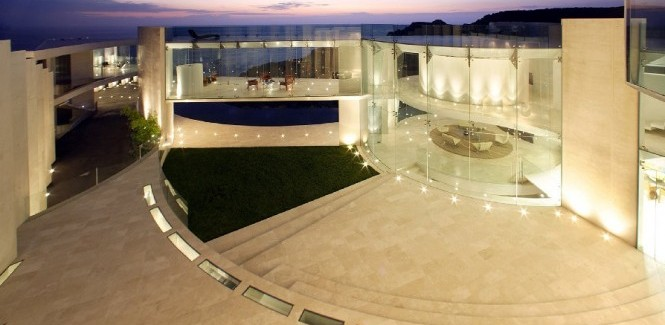 The Razor Residence by Wallace E. Cunningham: Display of Contemporary Interior Design in a Modern Mansion glass wall contemporary interior design luxury