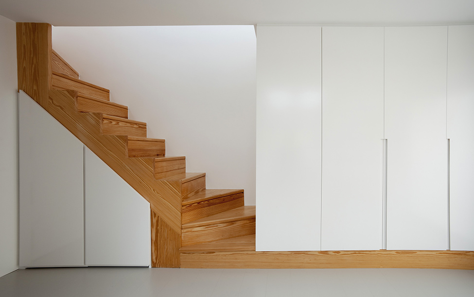 wood and warmth staircase small-bedroom-interior-design-cozy-flat-homesthetics-1