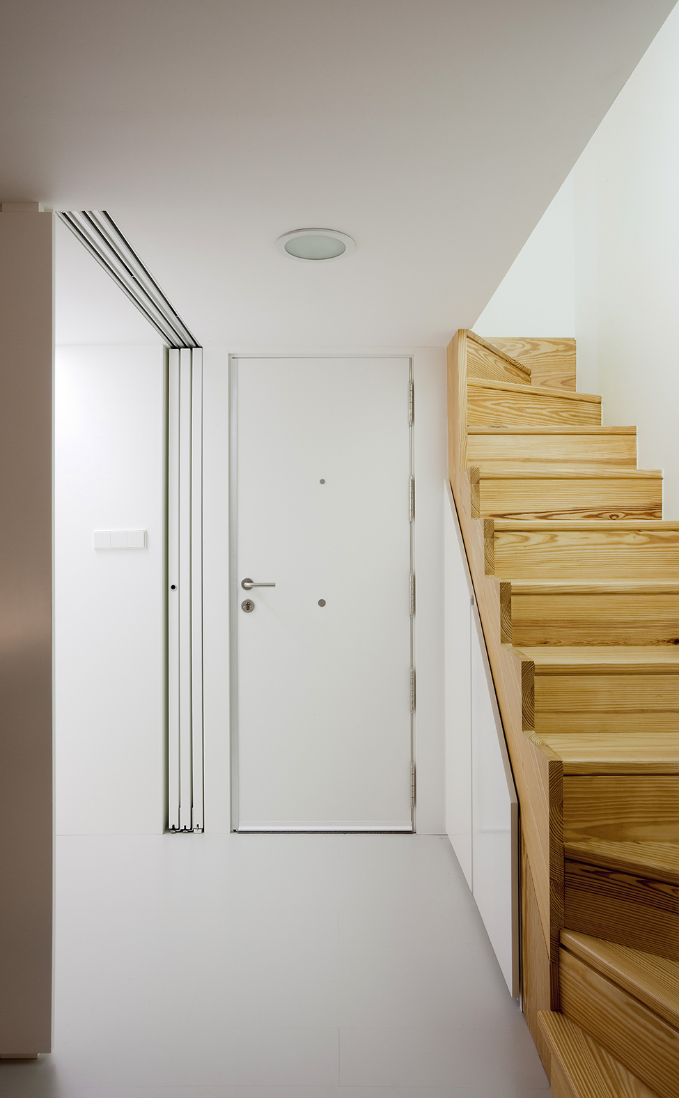 small wood staircase and amazing stark white small interior space small-bedroom-interior-design-cozy-flat-homesthetics-1