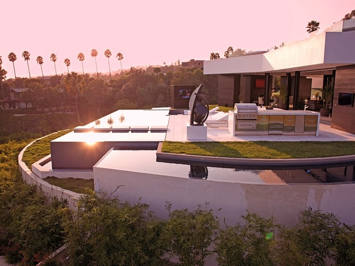 the terrace of the 1201 Laurel Way-Cliff View Luxurious Modern Mansion in Beverly Hills California homesthetics (1)