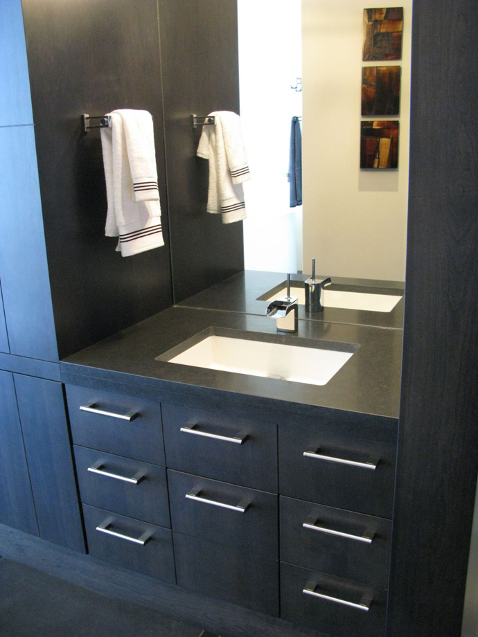 black and white bathroom design Austonishing Penthouse Apartment with 360-degree Views Over Victoria, Canada modern mansion (23)