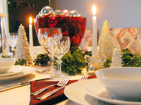 white and yellow Creative&Inspiring Christmas Dinner Tables Settings and Decoration Ideas for any modern interior design homesthetics (1)