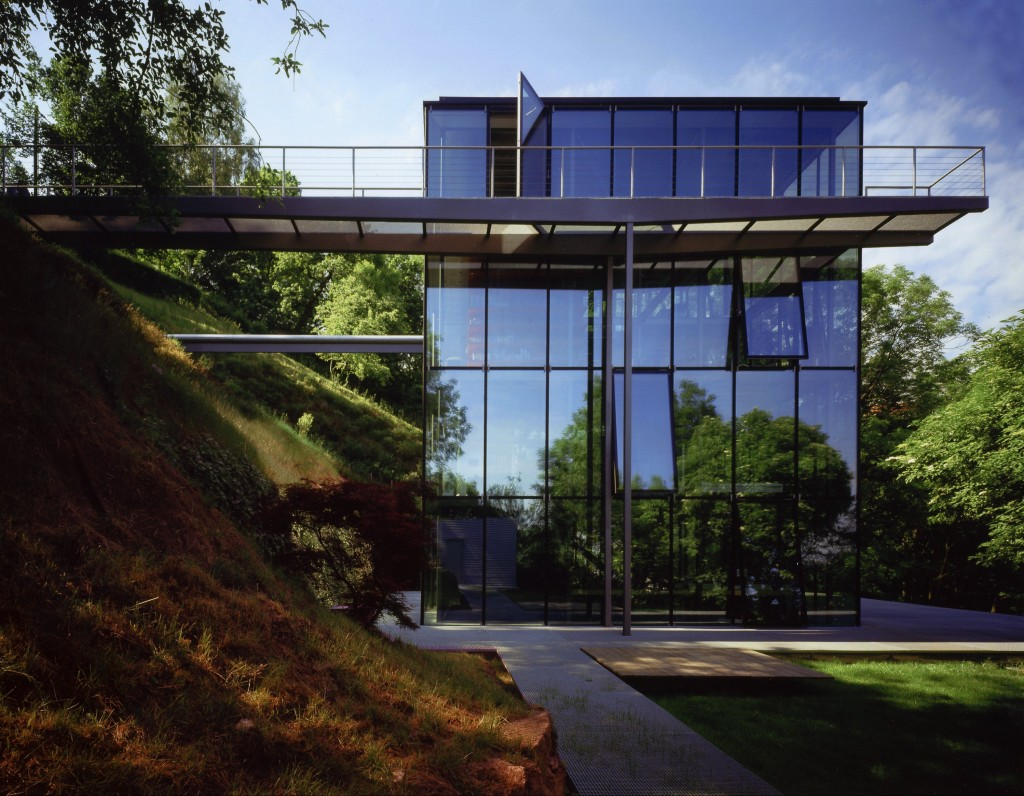 exterior view facade of the Glass Modern Mansion-R128 in Stuttgart by Werner Sobek homesthetics (1)