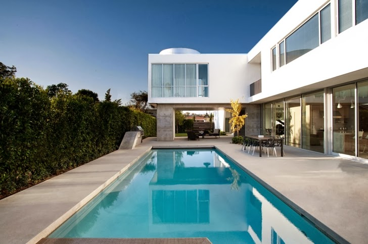 swimming pool of the Luxurious Modern Family Home Located in Venice-California by Dennis Gibbens Architects homesthetics (3)
