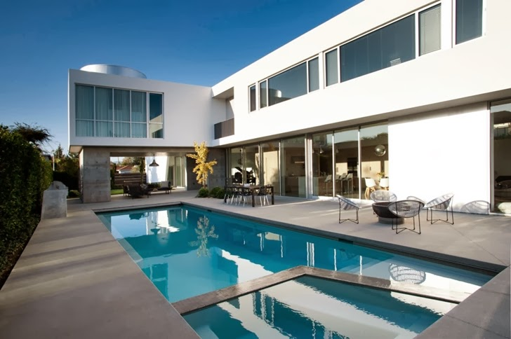 exterior swimming pool lounge area Luxurious Modern Family Home Located in Venice-California by Dennis Gibbens Architects homesthetics (21)
