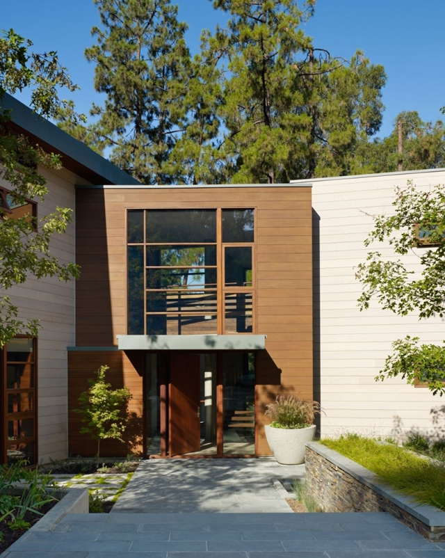 main acces into the Luxurious Modern Mansion Design in California - Mandeville Canyon Residence in contemporary style using sustainable materials homesthetics (17)
