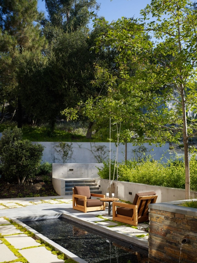 backyard landscaping ideas in the Luxurious Modern Mansion Design in California - Mandeville Canyon Residence in contemporary style using sustainable materials homesthetics (1)