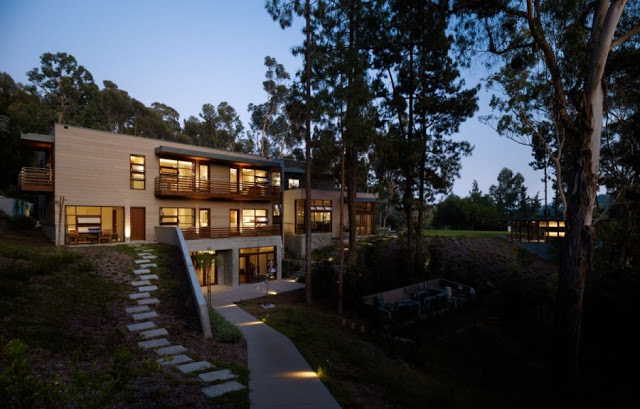 lateral view of the Luxurious Modern Mansion Design in California - Mandeville Canyon Residence in contemporary style using sustainable materials homesthetics (17)