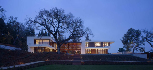 main facade at night Modern Cliff View Residence Shining in a Contemporary Style- OZ House California modern mansion (1)