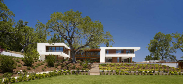 main facade of the Modern Cliff View Residence Shining in a Contemporary Style- OZ House California modern mansion (1)