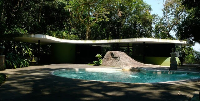 front facade of the The Home of a Legend-Casa das Canoas by Oscar Niemeyer in Rio de Janeiro homesthetics (1)