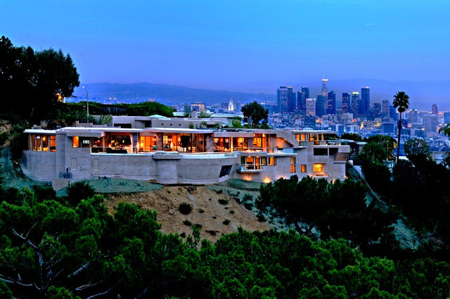 patio blue jay way street Extraordinary Cliff View Modern Mansion Located on the Sunset Boulevard in Hollywood Hills homesthetics (2)
