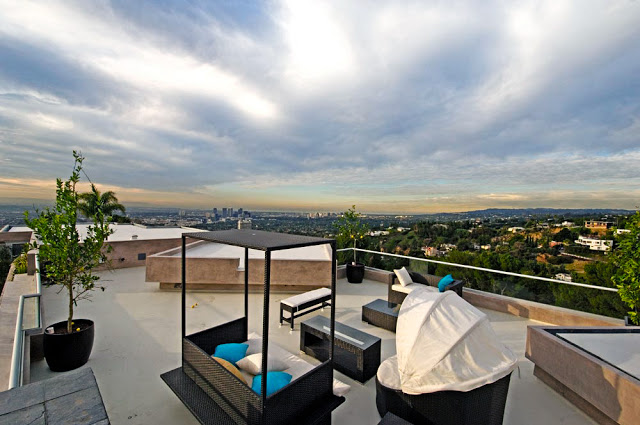 terrace patio blue jay way street Extraordinary Cliff View Modern Mansion Located on the Sunset Boulevard in Hollywood Hills homesthetics (2)