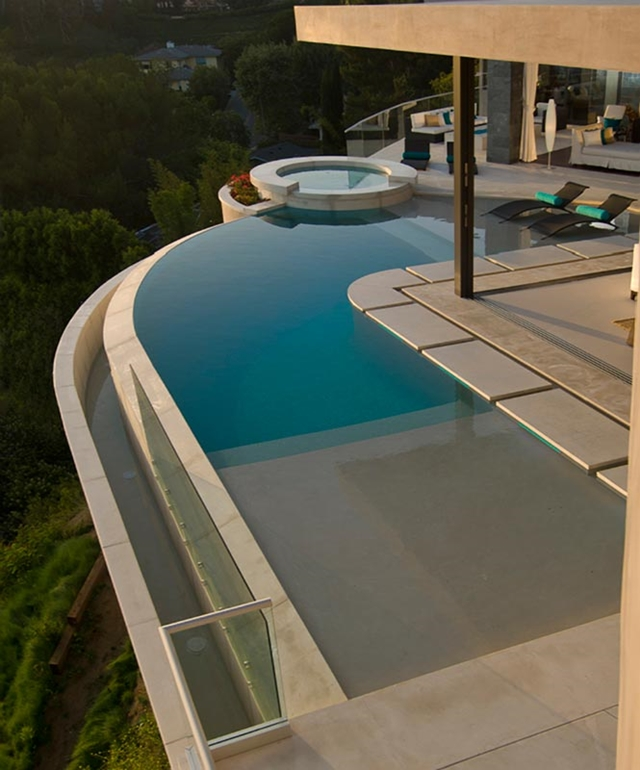 infinity swimming pool blue jay way street Extraordinary Cliff View Modern Mansion Located on the Sunset Boulevard in Hollywood Hills homesthetics (2)