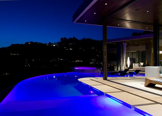 illuminated swimming pool blue jay way street Extraordinary Cliff View Modern Mansion Located on the Sunset Boulevard in Hollywood Hills homesthetics (2)