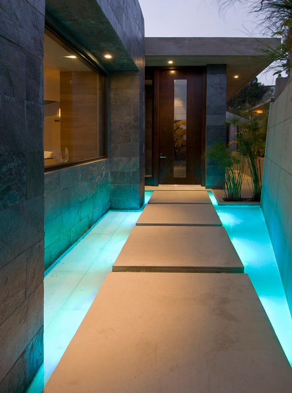 illuminated access blue jay way street Extraordinary Cliff View Modern Mansion Located on the Sunset Boulevard in Hollywood Hills homesthetics (2)