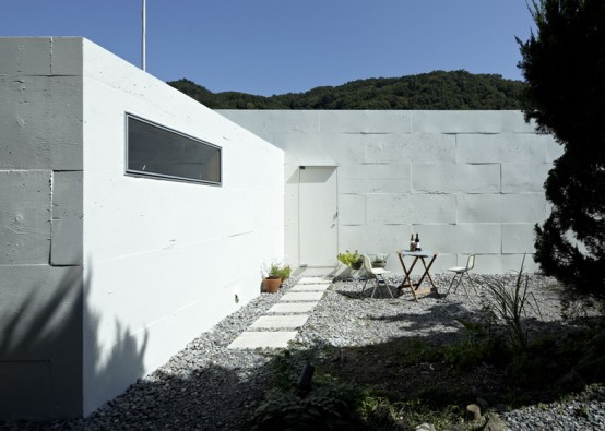 small central courtyard unique-house-reminding-of-a-hare-form-9-554x395