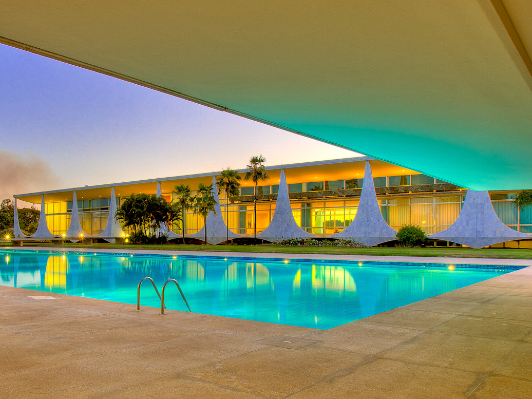 luxurious swimming pool in A Truly Iconic Modern Mansion-Palácio da Alvorada in Brasil by Oscar Niemeyer Homesthetics