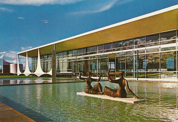in the water statues in A Truly Iconic Modern Mansion-Palácio da Alvorada in Brasil by Oscar Niemeyer Homesthetics