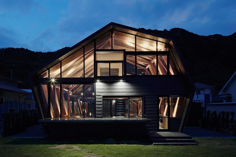 front view of Amazing Wooden Made Modern Mansion-Villa SSK by Takeshi Hirobe Architects Homesthetics