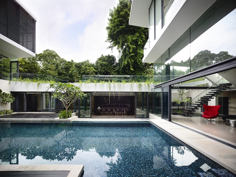 central courtyard Andrew-Road-Residence-Futuristic-Dream-Mansion-Dream-in-Singapore-by-A-DLAB-modern-mansion