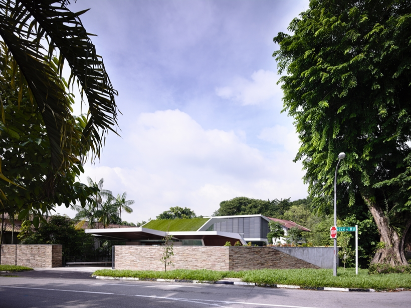 pedestrian exterior view Andrew-Road-Residence-Futuristic-Dream-Mansion-Dream-in-Singapore-by-A-DLAB-modern-mansion