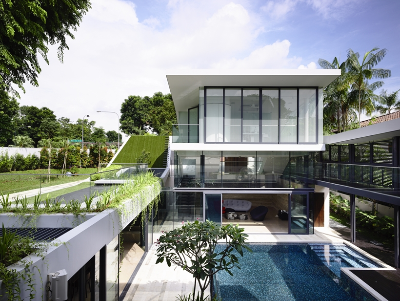 central courtyard with swimming pool Andrew-Road-Residence-Futuristic-Dream-Mansion-Dream-in-Singapore-by-A-DLAB-modern-mansion