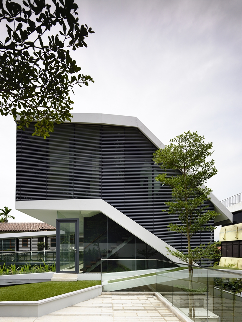 Andrew-Road-Residence-Futuristic-Dream-Mansion-Dream-in-Singapore-by-A-DLAB-modern-mansion facade