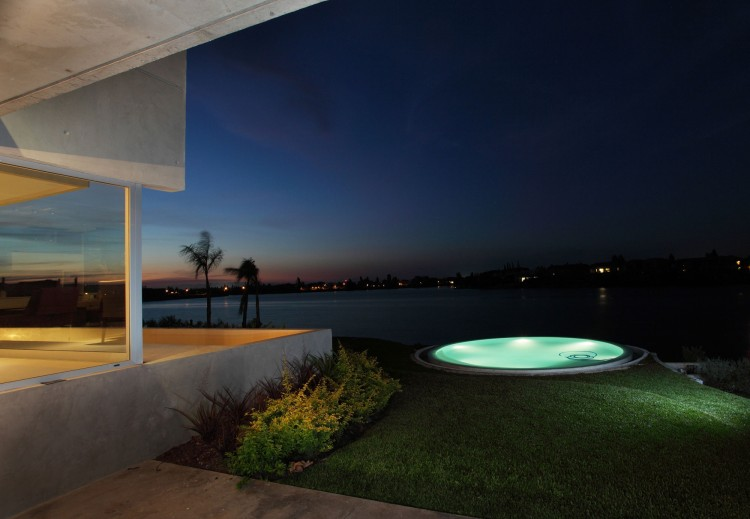jacuzzi near the water Casa-del-Cabo-–-Modern-Dream-Mansion-by-Argentinian-Andres-Remy-Arquitectos-in-Benavídez
