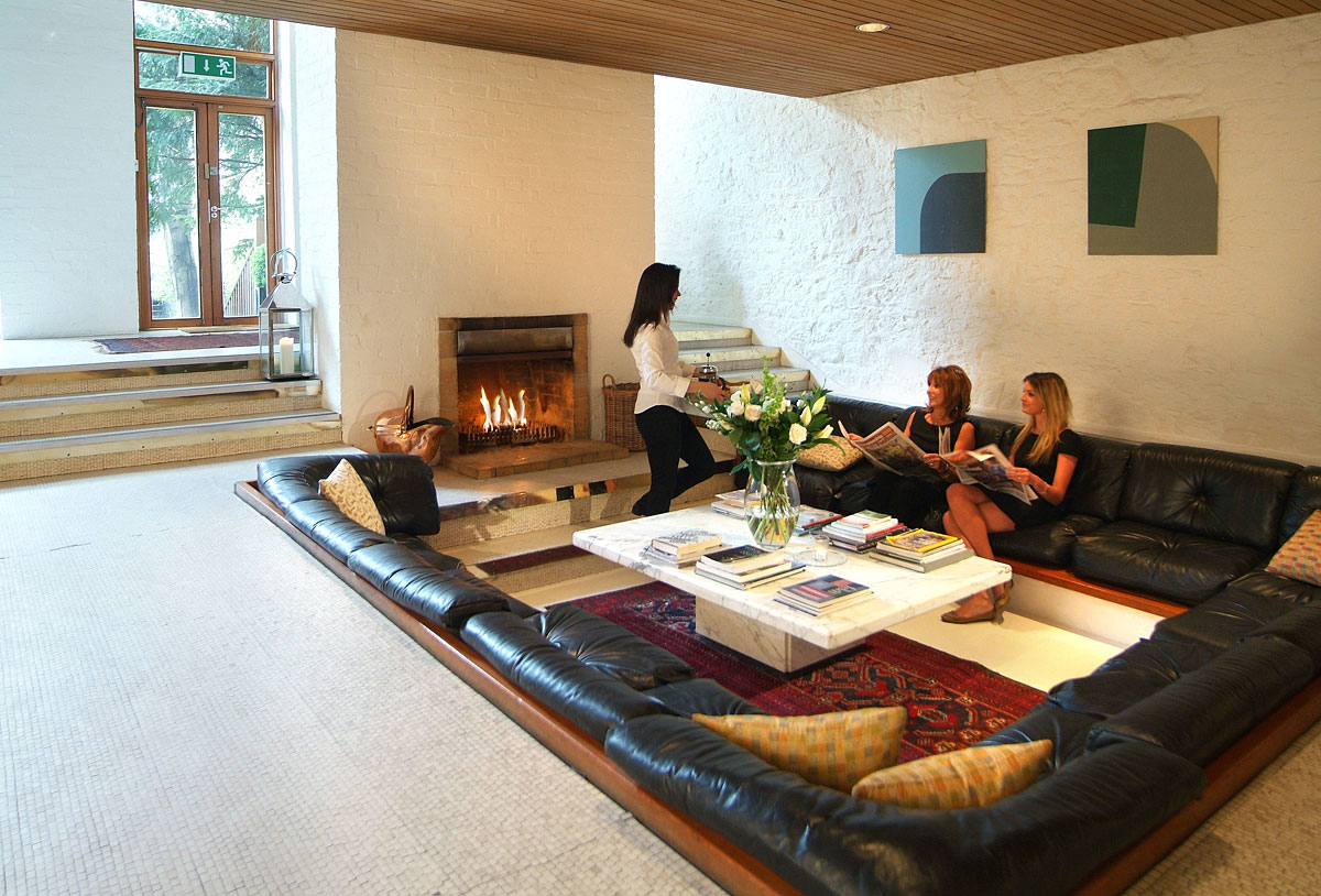Centered conversation social pit sunken sitting areas to - Casas con chimeneas modernas ...