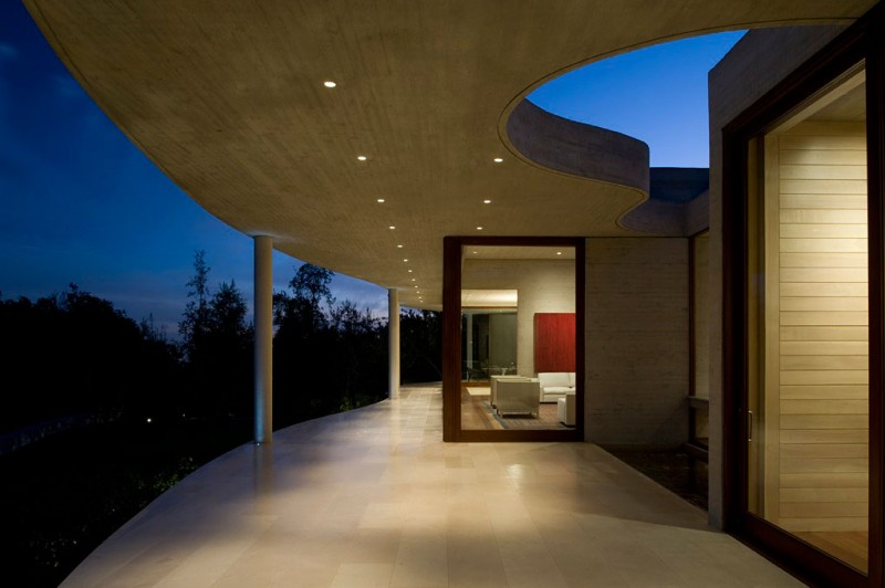 patio terrace at night Cliff-View-Modern-Mansion-Lo-Curro-House-in-Chile-by-Peñafiel-Arquitectos-homesthetics