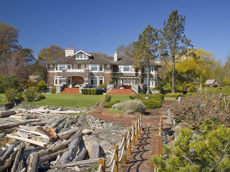 Extravagant Luxurious Waterfront Mansion with Serene Surroundings
