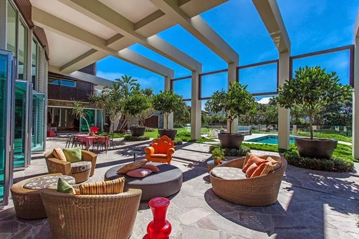 exterior patio terrace Imposing-Modern-Residence-in-Casuarina-Australia-Exposing-Its-Structure-homestheticss-mansion