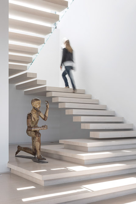 sculptural staircase Jaragua Residence - Luxurious Modern Mansion in São Paulo, Brazil