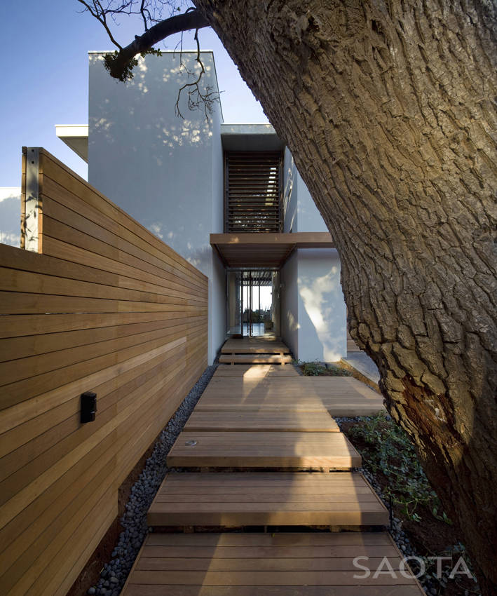 access into La-Lucia-Modern-African-Mansion-in-Durban-South-Africa-Designed-by-SAOTA-homesthetics